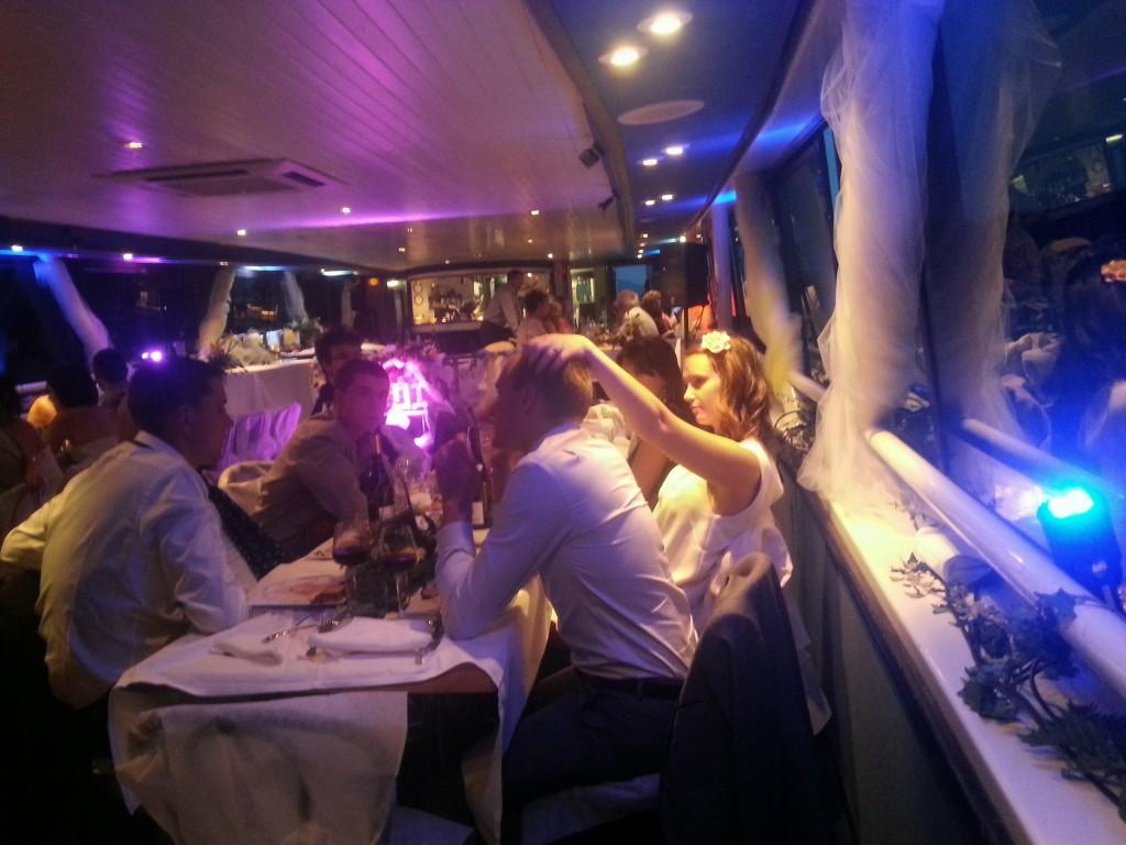 Mise en lumière d'un bateau mouche pour une soirée de mariage