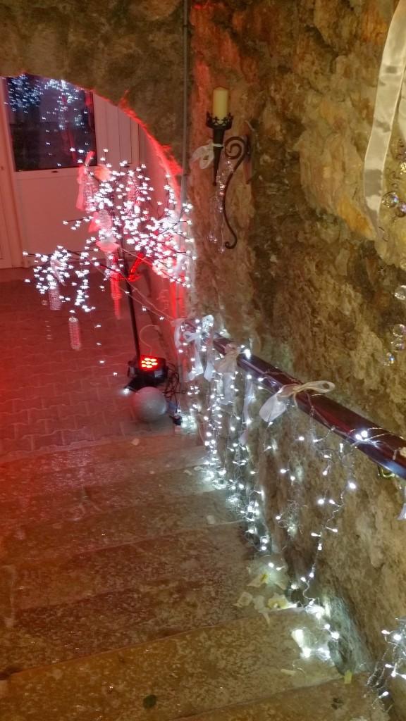 Eclairage de la descente au caveau pour un mariage au Château du Chapeau Cornu